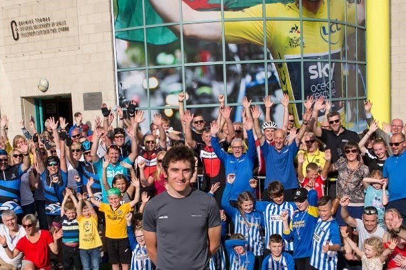 Geraint Thomas and a crowd of people in front of the velodrome